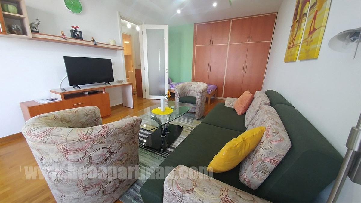 dnevna soba,KIVI povoljno apartman na dan u Belvilu za pet osoba