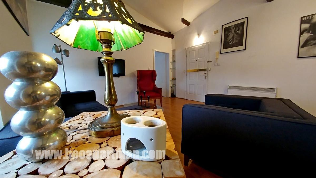 Lampa skulptura i fotelja loft apartmani beograd