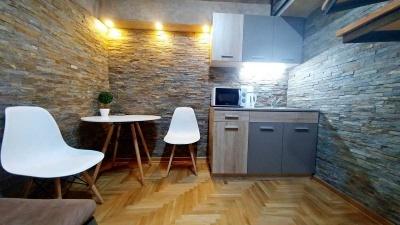 stolice sto i kuhinjski sink apartman GALERIJA strogi centar Beograda